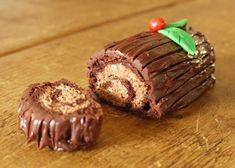 Mini Chocolate Amaretto Yule Logs - thelittleloaf has melted and the mixture completely combined. To assemble T Chocolate Yule Log Recipe, Chocolate Roulade, Chocolate Log, Chocolate Recipes, Chocolate Smoothies, Chocolate Mouse, Chocolate Shakeology, Chocolate Crinkles, Chocolate Drizzle