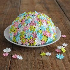Een vrolijke boltaartje met bloemetjes. Deze boltaart is gevuld met slagroom, botercrème en vers fruit. #taart #bloemen #lente