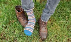 Socken stricken in 7 Schritten kannst du nach dieser Anleitung kostenlos. Strickanleitung zeigt Schritt für Schritt mit Bildern wie du Socken stricken lernen