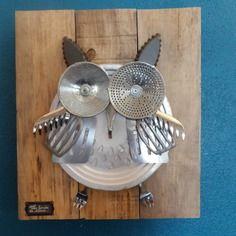 Chouette ! un grand-duc dans la cuisine ... Tin Can Crafts, Owl Crafts, Mountain Crafts, Grand Duc, Garden Owl, Arte Robot, Metal Birds, Tin Cans, Assemblage Art