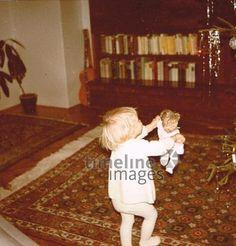 Kind mit Puppe vor Weihnachtsbaum Heilmair/Timeline Images #60er #Mädchen #Religion #Weihnachten #Puppe #Kind #Freude #tanzen #Glück #Fest #historisch #retro #Nostalgie #Brauchtum #Feier #60ies Timeline Images, Religion, Graphic Sweatshirt, Retro, Sweatshirts, Puppet, Christmas Tree, Dance, Glee