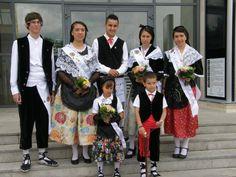 Cómo es el traje regional de Cataluña. En España existen 17 comunidades autónomas, cada una con sus propias tradiciones y propio folclore, cosa que incluye que en cada una exista un traje regional propio. Estos vestidos ya no son utilizado...