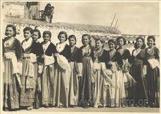 Ομαδικό πορτραίτο μαθητριών Γυμνασίου Καλαμάτας που πήραν μέρος σε πανηγύρι. ΤΙΤΛΟΣ ΥΠΑΡΧΩΝ Κοπέλλες του Γυμνασίου Καλαμάτας που πήραν μέρος στο μεγάλο πανηγύρι. Καλαμάτα. Φλώρος, Φ. (Φωτορεπορτάζ) Αθήνα Greek Beauty, Greeks, Memories, Costumes, Traditional, Movie Posters, Fashion, Memoirs, Moda