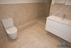 El baño principal cuenta con un #lavabo con cajonera incorporada, un #inodoro y una amplia #ducha. #reformas #bathroom #interiorismo