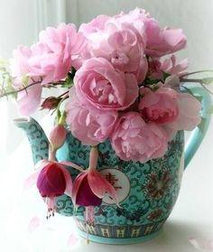 Bule chinês com arranjo de flores
