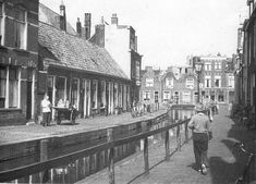 waardgracht leiden - Google zoeken Leiden Netherlands, South Holland, Historical Pictures, Old Pictures, Dutch, Past, Capri, Places To Visit, Old Things