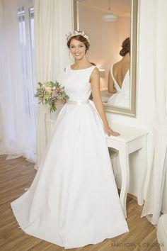 Svatební šaty z materiálu s plastickým vzorem