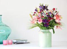 Boeket Puck <3 De Puck is de vrolijke noot in onze collectie. Een beetje gedurfd, een beetje anders. Dus voor iedereen een plezierige verrassing bij ontvangst! De bloemenvariatie is groot: Roze rozen, trosanjers en lelies met blauwe lisianthus tussen groen Roebelinii-blad. Uniek boeket!