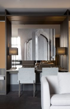 LEEM Wonen schreef over Hotel The Dylan in Amsterdam, waar Remy Meijers 16 nieuwe kamers ontwierp. The Dylan is Netherlands Leading Hotel! Built In Dressing Table, Leading Hotels, Working Area, Amsterdam, Dining Chairs, Villa, Building, Interior, Furniture