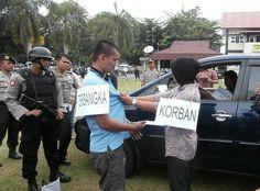 Covesia.com - Rekonstruksi pembunuhan pedagang lontong di Kalumbuk, Kecamatan…