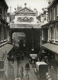 Wonderful view of busy Leadenhall Market in London photographed c.1910. Found at spitalfieldslife.com #HistoricLondon #marketlife