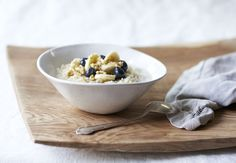 """""""Cocina algunos granos para el desayuno, y mézclalos con un poco de leche de almendra o de coco y añade un poco de canela, nueces, bayas y asegúrate de incluir algunas grasas buenas como las semillas de chía, linaza, o coco rallado sin azúcar. Si es necesario, añade un poco de stevia o miel para endulzarlo. Para ahorrar tiempo en la mañana, cocina una olla grande de granos de antemano, y sólo calienta una porción en la mañana y añade tus ingredientes. No lo recomiendo a diario, pero cuando…"""