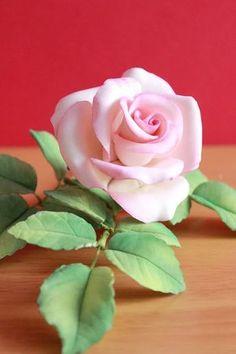 Gumpaste Rose - cake by Kiara's Cakes - CakesDecor Frosting Flowers, Fondant Flowers, Edible Flowers, Paper Flowers, Sugar Paste Flowers, Sugar Rose, Fondant Rose, Polymer Clay Flowers, Cake Decorating Tutorials