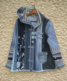 Excellent Screen Hooded jacket Upcycled Clothing by EcoClo Denim Collection - UPCYCLING IDEAS Strategies I love Jeans ! And even more I love to sew my own, personal Jeans. Next Jeans Sew Along I'm goin Artisanats Denim, Denim Fabric, Denim Patchwork, Lined Denim Jacket, Denim Jackets, Denim Ideas, Denim Crafts, Altered Couture, Old Jeans