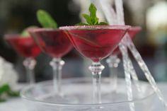Cocktail sans alcool, facile et rafraichissant à l'hibiscus Hibiscus, Cocktails, Alcoholic Drinks, Thanks Mom, Healthy Recipes, Wine, Glass, Parfait, Food