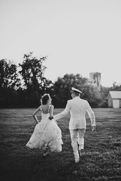 Sweet newlyweds running off into the sunset! | Harwell Photography