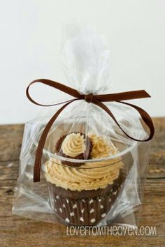 Cupcake gift. Use this ideas for bake sale.