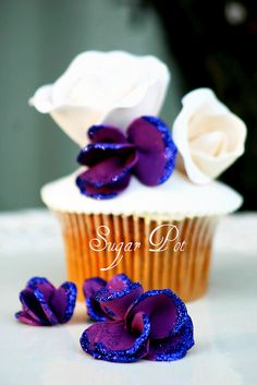 pretty flower cupcakes with edible glitter Fancy Cupcakes, Flower Cupcakes, Yummy Cupcakes, Cupcake Cookies, Creative Desserts, Great Desserts, Creative Cakes, Pretty Cakes, Beautiful Cakes