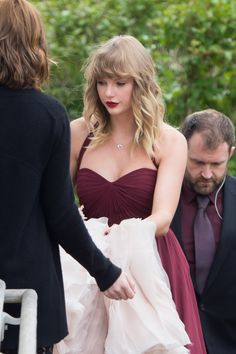 Taylor Swift Lends a Helping Hand as She Serves as Bridesmaid at BFF Abigail Anderson's Wedding Taylor Swift Sexy, Estilo Taylor Swift, Taylor Swift Style, Taylor Swift Pictures, Taylor Alison Swift, Taylor Taylor, Bridesmaid Outfit, Blue Bridesmaid Dresses, Wedding Dresses