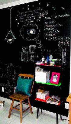 intamos uma das paredes com a tinta fosca preta (Usei uma da Iquine, pra madeiras e metais, mas que fica uma beleza na parede, o que importa mesmo é que a tinta seja acrílica).Não é nenhuma novidade parede lousa, mas amo essa decoração efêmera, que muda com o estado de espírito, com as estações do ano, com as datas comemorativas, com as frases que a gente quer grudar na cabeça, com os compromissos do dia a dia, com os desenhos