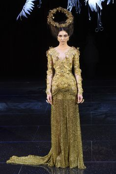 The complete Guo Pei Spring 2018 Couture fashion show now on Vogue Runway. Spring Couture, Couture Week, Collection Couture, Fashion Show Collection, Style Couture, Haute Couture Fashion, Weird Fashion, High End Fashion, Fashion Designer
