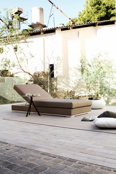 Slim individual lounger by Studio expormim. Outdoor collection. Year: 2013.