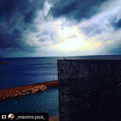 [COUP DE CŒUR] Notre photo #regram de la semaine est de @_maxims.pics_ et laisse à voir comment le bâtiment du J4 créé par Rudy Ricciotti s'intègre parfaitement au paysage quand le ciel et la mer prennent des couleurs hivernales. #Repost @_maxims.pics_