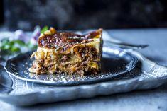 Hjemmelaget lasagne er litt mer tidkrevende enn industrivarianten, men du verden som det er verdt innsatsen. Med en saftig bolognesesaus laget av kvernet kjøtt av god kvalitet, pancetta, grønnsaker i små terninger og en fyldig saus rikelig toppet med ost er lasagne den perfekte kosematen. Quiche, Meal Planning, Pizza, Healthy Recipes, Healthy Food, Dinner, Ethnic Recipes, Desserts, Father