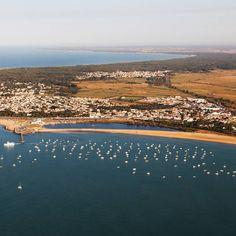Aujourd'hui direction la Tranche sur Mer en Vendée. Amoureux de sports de glisse ou tout simplement de superbes paysages de littoral, c'est pour vous ! Toutes les infos pour préparer votre venue sont sur notre page Facebook. Suivez @ot_latranchesurmer