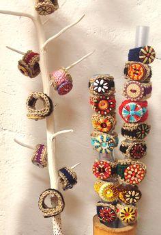 Aprenda a fazer lindos anéis de crochê - 木作手飾品 - Textile Jewelry, Fabric Jewelry, Diy Jewelry, Jewelery, Handmade Jewelry, Jewelry Making, Crochet Rings, Crochet Bracelet, Love Crochet