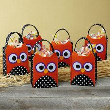 Halloween Owl Felt Treat Bags From the Current Catalog. Halloween Owl, Halloween Cards, Holidays Halloween, Owl Themed Parties, Owl Parties, Owl Crafts, Crafts For Kids, Paper Crafts, Owl Treat Bags
