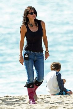 Courteney Cox wearing Hunter boots on the sandy set of Cougar Town