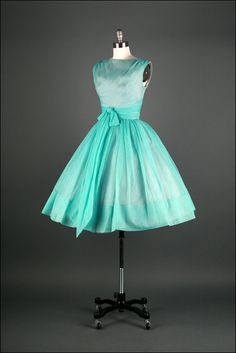 2 of my favorite things-Tiffany blue and vintage! Tiffany Blue Chiffon Dress With Tulle Lining Vintage 1950s Dresses, Vestidos Vintage, Vintage Clothing, 50s Vintage, Vintage Style, 1950s Outfits, Vintage Outfits, Vintage Fashion, Vintage Wardrobe