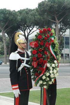 Celebrazione primo maggio - anno 2011 I corazzieri portano la corona di fiori davanti al monumento dedicato alle vittime sul lavoro