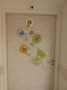 Ömer Bebek için çok yalın çok sade bir doğum odası süslemesi hazırladık.Kapı süsümüzü ayıcıklı balonlardan yaptık.. İsim yazılı , ayıcık aynalı bebek çikolatalarımızla gelen misafirlerimizi karşıl…