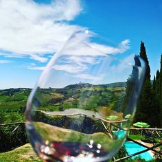 Lunch with a stunning view. Shot from Poggio Alloro winery. Have you ever been? #tuscanyinlimo #tuscany #winetasting #wine #discovertuscany #italy