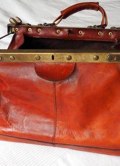 Kaufe meinen Artikel bei #Kleiderkreisel http://www.kleiderkreisel.de/damentaschen/handtaschen/138170401-vintage-arzttasche-hebammentasche-echtes-leder-rotbraun