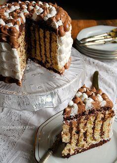 torta girellona con decorazione di panna e nutella