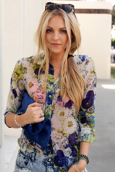 floral blouse with denim shorts. Women's street style fashion for spring outfit clothing Floral Fashion, Cute Fashion, Look Fashion, Womens Fashion, Camisa Floral, Floral Blouse, Floral Tops, Printed Blouse, Floral Shirts