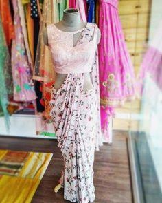 Saree Blouse Neck Designs, Saree Blouse Patterns, Designer Blouse Patterns, Fancy Blouse Designs, Latest Blouse Designs, Saree Wearing Styles, Saree Styles, Stylish Blouse Design, Stylish Sarees