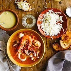 1 Snijd de groenten en hak de knoflook fijn. Doe ze in een grote pan met 2 eetlepels van de olijfolie en een snuf zout. Bak ze in 12–15 minuten op middelhoog vuur zacht. Voeg 1 theelepel paprikapoeder toe en bak dat 2 min. mee. Voeg de tomaten en...