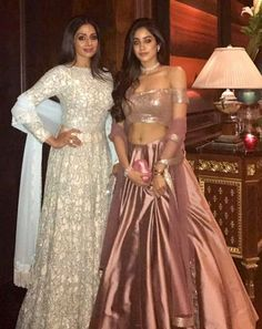 Competing with is the timeless diva as the mother-daughter duo dress up in outfits! Lehenga Designs, Indian Wedding Outfits, Indian Outfits, Indian Attire, Indian Wear, Indische Sarees, Party Kleidung, Lehnga Dress, Indian Couture