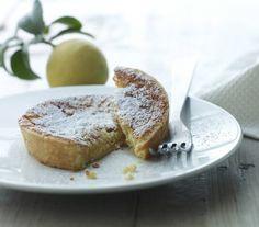 Italienerne kan bare noget med syrlige desserter! Disse små tærter har en sprød bund af mørdej og det dejligste fyld af friske citroner, og skal det være ægte italiensk, så servér et glas grappa til!
