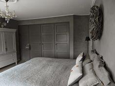 EasyLiving: Gordijnen en slaapkamer Beautiful Bedrooms, Bedroom Makeover, Bedroom Closet Doors, Closet Bedroom, Grey Bedroom, Dark Gray Bedroom, Bed, Interior Design Living Room, Rustic Bedroom