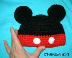 Gorro Mickey realizado a mano en crochet para los ratoncitos más pequeños de la casa.