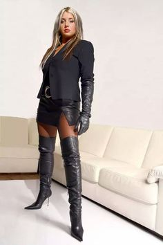 Do you have thick calves that when you wear you're a knee high boots it tends to spill over the … High Leather Boots, Black Leather Gloves, Sexy Stiefel, Sexy Boots, Thigh High Boots, Leather Fashion, Look Fashion, Sexy Outfits, Leggings