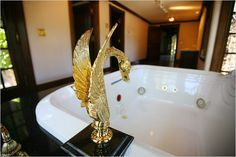 golden sculpture as spigot in Michael Jackson's bathroom at Neverland Ranch Paris Jackson, Lisa Marie Presley, Elvis Presley, Michael Jackson House, Familia Jackson, Neverland Ranch, Michael Jackson Neverland, Michael Love, King Of Music