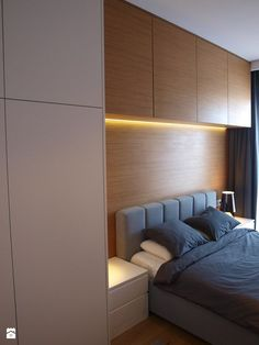 Like the contrast tone of overhead cabinets to break the line up Wardrobe Design Bedroom, Bedroom Bed Design, Modern Bedroom Design, Home Room Design, Modern Bed Designs, Fitted Bedroom Furniture, Fitted Bedrooms, Bedroom Built Ins, Small Master Bedroom