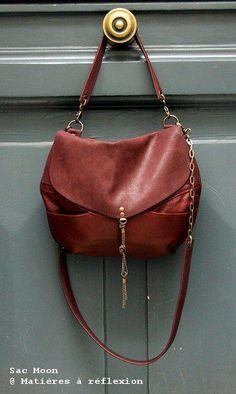 Sac Moon en cuir vintage bordeaux Plus Fashion Handbags, Tote Handbags, Purses And Handbags, Fashion Bags, Leather Handbags, Leather Bag, Leather Fashion, Sac Michael Kors, Sac Week End