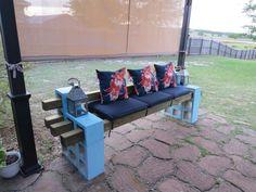 canapé en parpaings solives décoré de coussins lanterne galettes de chaise